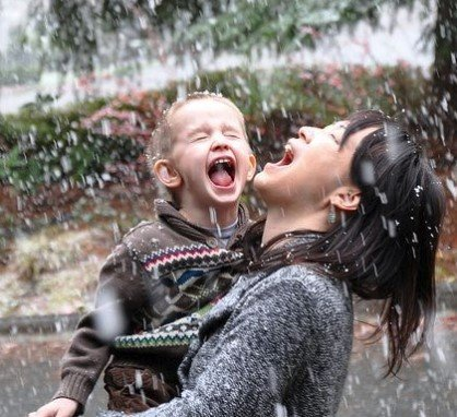 mother and child in the rain | weatherstationary.com