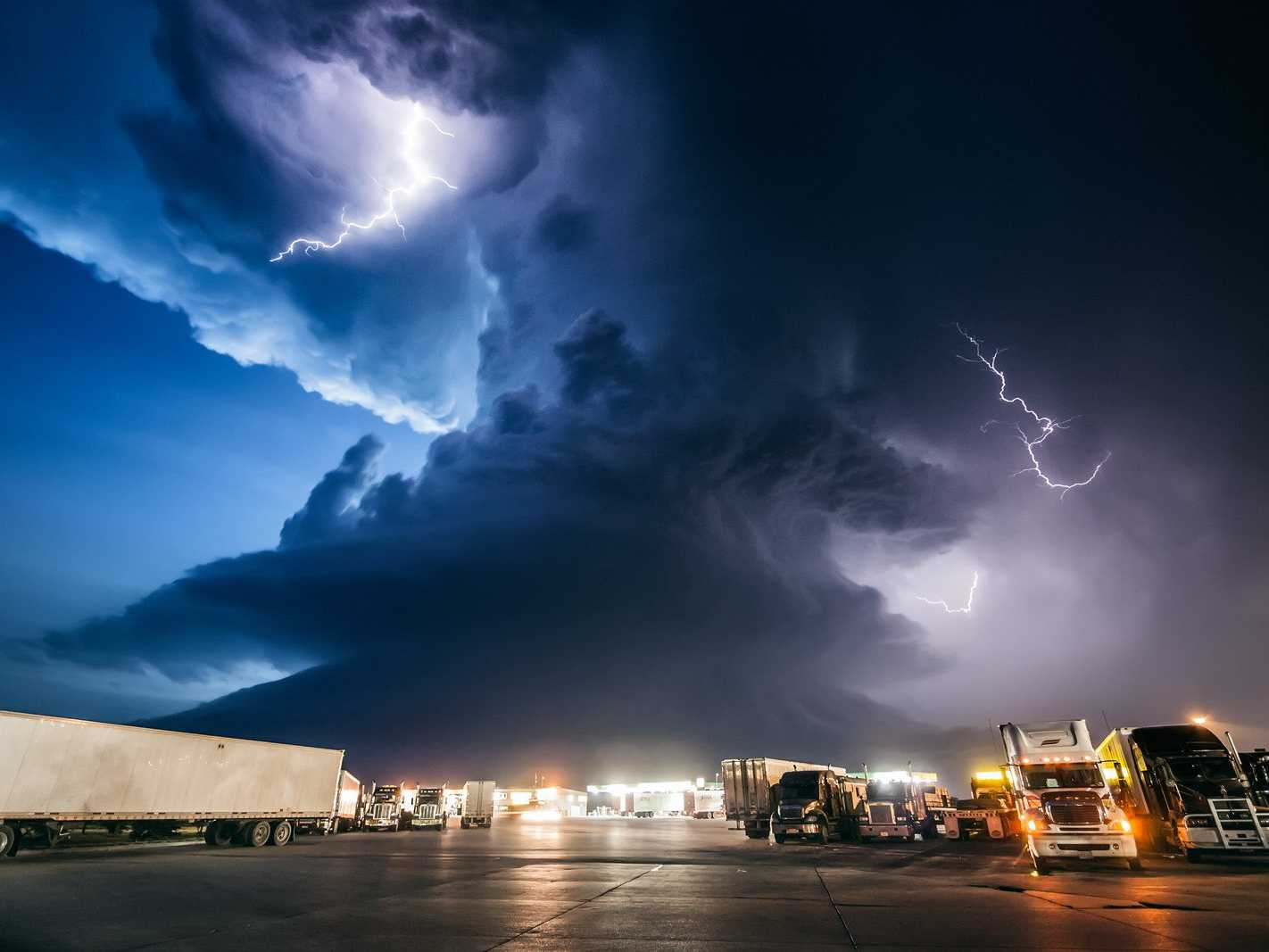 storm-chaser-chasing | weatherstationary.com